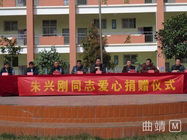 会泽县雨碌小学获爱心人士捐赠课桌椅50套